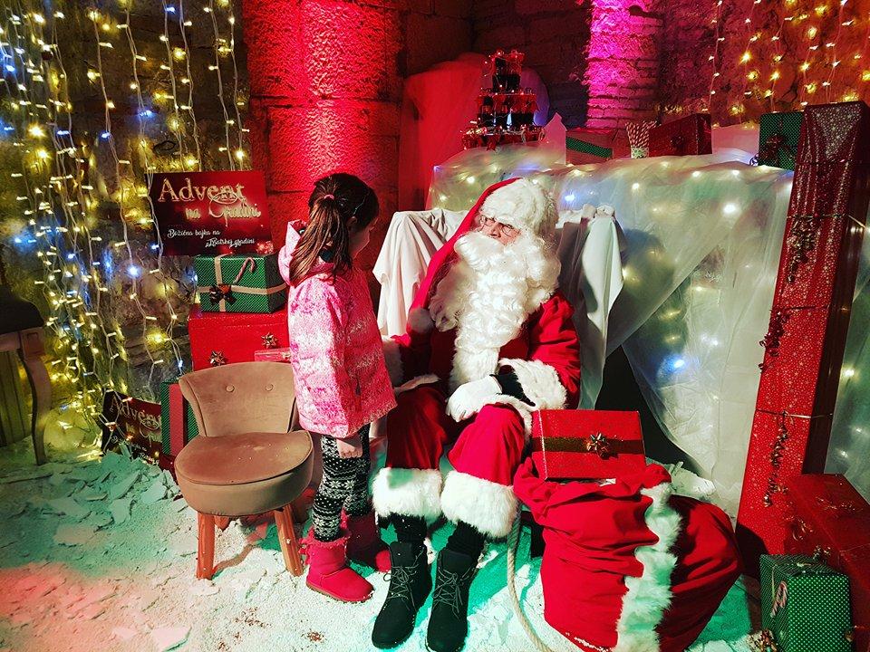 Brojni Mališani Družili Se S Djedom Mrazom Na Trsatskoj Gradini