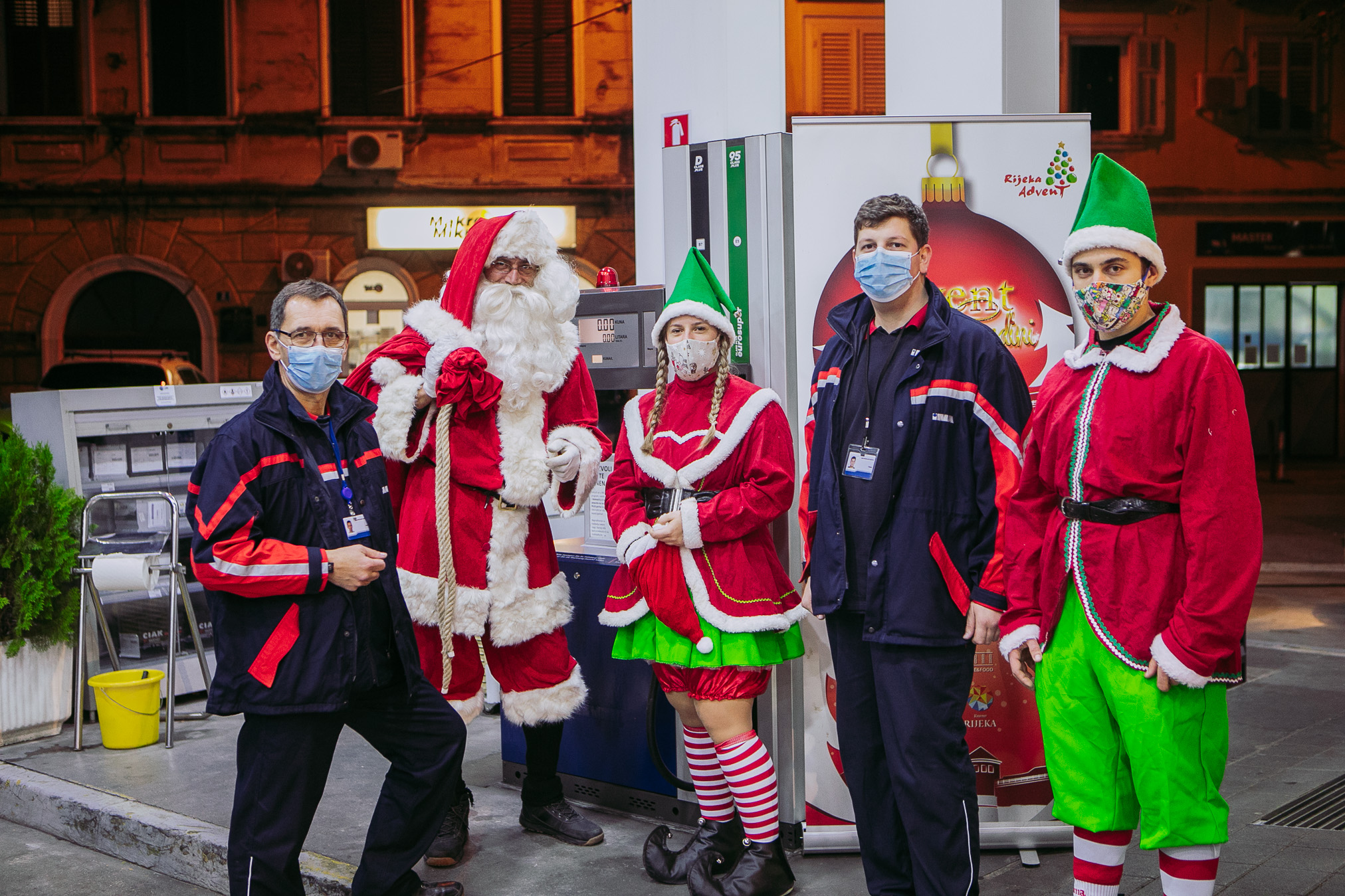 Inina Benzinska Pumpa Ugostila Djeda Mraza I Njegove Vilenjake!
